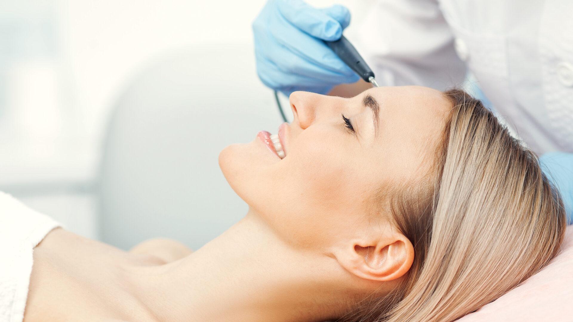 Behandlung zur Hautverjüngung.